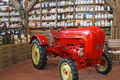 Alle Größen | Karl's Erlebnisdorf Rövershagen - Porsche Diesel Junior Traktor vor Kaffeekannensammlung | Flickr - Fotosharing!