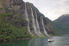 """Στη Νορβηγία, στη δυτική πλευρά του φιόρδ Geirangerfjorden, βρίσκεται ο καταρράκτης De Syv Søstrene-Επτά Αδελφές. Επτά ξεχωριστές ροές σχηματίζουν τον 39ο ψηλότερο καταρράκτη της Νορβηγίας. Η ψηλότερη από τις επτά ροές πέφτει από ύψος 250 μέτρων. Ακριβώς απέναντι από το φιόρδ, υπάρχει άλλος ένας καταρράκτης, που ονομάζεται Friaren, δηλαδή """"Ο μνηστήρας"""". Ο θρύλος λέει, ότι από τη μια μεριά του φιόρδ οι επτά αδελφές χορεύουν παιχνιδιάρικα στο βουνό και ο μνηστήρας τις φλερτάρει από μακριά…"""