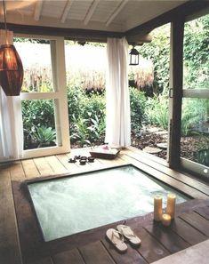 Grande fenêtre dans la salle de bain rustique