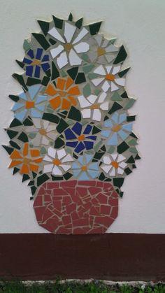 Aproveitando cacos de cerâmica e mudando  o visual do muro...