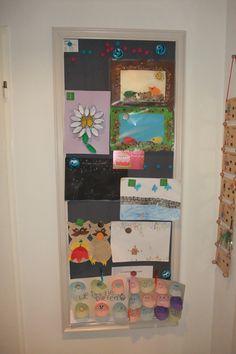 Magneetverf op de muur met een lijstje eromheen.