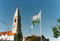 Iglesia y bandera de Benito Juárez, Buenos Aires, Argentina.