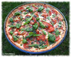 Anna-lehdessä oli houkuttelevan kuuloinen tomaatti-mozzarellapiirakka ja tämä on lähes suora kopio siitä. Kasvispiirakoideni sarja siis jatkuu. 🙂 Käytin pohjana tätä kasvispiirakastakin tuttua pohjataikinaa. Herkullista oli! Juusto muuttuu uunissa sen verran venyväksi, että suosittelen haarukoiden ja veisten varaamista syömävälineiksi. Valkosipulin lisääminen basilikaöljyyn ei ole pakollista, mutta itse tykkäsin siitä kovasti. Rucolaa olisi voinut olla päällä enemmänkin. […]