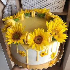 "Sweets on Instagram: ""Sunflower macaron cake! 🤤 Follow @sweettoothdesign_ for more! 😋 Via @dzankabakes"" Sunflower Party Themes, Sunflower Birthday Parties, Yellow Birthday Cakes, Sunflower Cakes, Birthday Cakes For Teens, My Birthday Cake, Pretty Cakes, Cute Cakes, Beautiful Cakes"