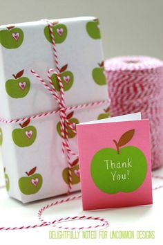 Print out these free Teacher Appreciation Printable Gift Wrap and Mini Thank You Notes. You will be the apple of her eye! Download on site.