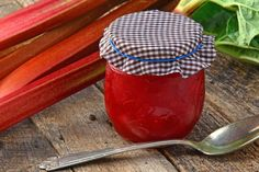 Endlich ist wieder Rhabarber-Saison! Damit ihr den Rhabarber das ganze Jahr genießen könnt, hier drei köstliche Rezepte für Rhabarber-Marmelade. Pur mit Vanille & Ingwer, mit Kiwi oder mit Maracuja - lecker!
