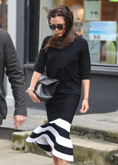 Виктория Бэкхем в топе, юбке и с сумкой Victoria Beckham в Лондоне