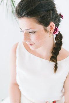 Brautkleid Zweiteiler mit Bluse und Rock aus gepunktetem Tüll und modernem Brautstrauß mit Palmzweigen und Philodendron Blättern (www.noni-mode.de - Foto: Katja Heil)