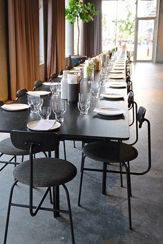 Skandinavisches Design - schlicht, minimalistisch und schön. We like! :) ... Tisch Snaregade und die Stühle Afteroom Dinig Chair von Menu passen perfekt zusammen. #scandinaviandesign #menu #newbrand #minimalism #straightlines #black #steel #copenhagen #denmark #furniture #design #outdoorfurniture #interiordesign #createidentity #area