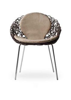 Der Noodle Armchair von Kenneth Cobonpue verbindet die Materialien Rattan, Nylon und Stahl zu einem Stuhl, der sich sowohl für den Innen- als auch Außenbereich eignet. Ästhetisch lebt er von dem geschwungenen Geflecht, aus dem die gesamte Sitzschale inklusive Rückenlehne und Armlehnen besteht. © Kenneth Cobonpue Rattan, Chair, Furniture, Design, Home Decor, Armchairs, Wicker, Decoration Home, Room Decor