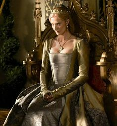 The Tudors - Joely Richardson as Catherine Parr wearing a gold and taupe iridescent silk dress with gold-thread embroideries on the skirt and floral prints. Dinastia Tudor, Los Tudor, Tudor Style, Mode Renaissance, Renaissance Fashion, Tudor Costumes, Period Costumes, Movie Costumes, The Tudors Tv Show