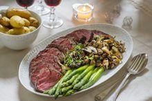 Helstekt indrefilet av storfe Frisk, Cobb Salad, Beef Recipes, Beverages, Good Food, Meat, Tips, Party, Inspiration