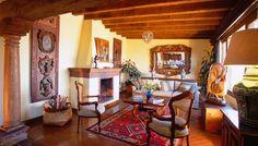 Las habitaciones, todas con chimenea, cuentan con una elegante decoración estilo rústico con arte y antigüedades mexicanas y europeas.