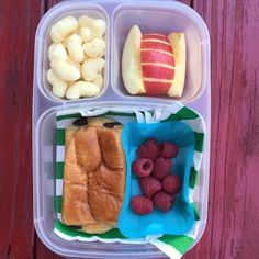 Packed in our EasyLunchboxes are: • FreshKids corn&price puffs, • apple slices • raspberries and • a Bakerly chocolate croissant.