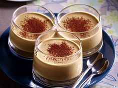 Kaffee-Panna Cotta Not just for coffee junkies! The simple Panna Cotta is made up of only 4 ingredients in 10 minutes and then the refrigerator is on a visit. Ice Cream Desserts, Köstliche Desserts, Chocolate Desserts, Dessert Recipes, Cake Recipes, Panna Cotta, Baby Food Recipes, Sweet Recipes, Pumpkin Dessert