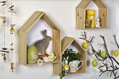 Dekorace se budou pěkně vyjímat na poličce, například plechový zajíček v zeleném nebo žlutém kabátku, cena 129 Kč/kus; La Almara