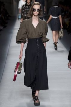 Fendi Spring 2016 Ready-to-Wear Collection Photos - Vogue - GLASSES & SHOES PLEASE !