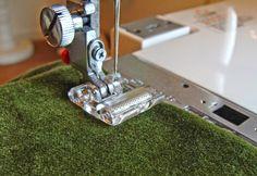 Ayer veíamos al prensatelas de teflón para telas dificil, pues hoy  veremos al prensatelas de rodillo que mas o menos cumple la misma  func...
