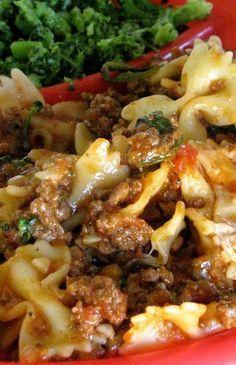 Crock-pot Ravioli Casserole: 1 lbs lean ground beef // 1 onion, chopped // 1 clove garlic, minced // 1 oz) can tomato sauce // 1 can stewed tomatoes // 1 tsp oregano // 1 tsp Italian hours on low Crock Pot Slow Cooker, Crock Pot Cooking, Slow Cooker Recipes, Beef Recipes, Cooking Recipes, Recipies, Easy Recipes, Delicious Recipes, Yummy Food