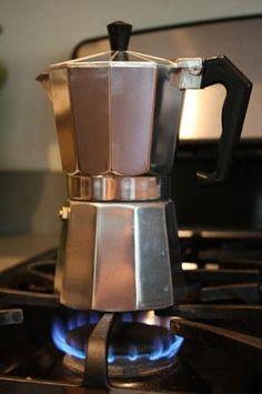 Making Espresso in a Moka Pot - Fearless Fresh Best Espresso Machine, Cappuccino Machine, Coffee Machine, Coffee Varieties, Espresso Coffee, Coffee Mugs, Hot Coffee, Coffee Jello, Coffee Vodka
