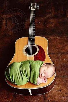Este pequeño guitarrista: | 29 recién nacidos a quienes les fue muy bien en su primera sesión fotográfica