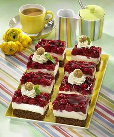 Mascarpone-Kirsch-Schnitten Our popular recipe for mascarpone cherry cuts and over more free recipes on LECKER. Volleyball Cakes, German Cake, Sweet Bakery, Cake & Co, Fun Desserts, Baked Goods, Baking Recipes, Cheesecake, Deserts