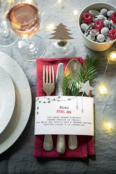 Ein Papiermenü für Ihren Partytisch – Christmas Table – Marie Claire Id … Christmas Table Settings, Christmas Tablescapes, Christmas Table Decorations, Christmas Arrangements, Thanksgiving Centerpieces, Christmas Candles, Table Arrangements, Holiday Tables, Thanksgiving Table