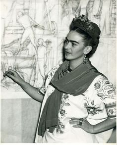 Frida frente al boceto del panel central del mural Pan American Unity, en el Auditorio del San Francisco City Collage. California, 1940.