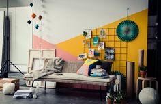 SINNERLIG Tagesbett wirkt auch in einem grafisch inspirierten Umfeld perfekt, wenn du es mit ein paar kräftig gemusterten Kissen und Accessoires ergänzt.