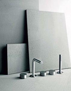 Née de l'alliance de Boffi et Fantini, la marque Aboutwater présente la collection AF21, signée Naoto Fukasawa. Les robinets et mitigeurs deviennent des disques et des cylindres. En acier inoxydable brossé, soucieux d'un entretien simplifié et d'une hygiène parfaite. ©Aboutwater