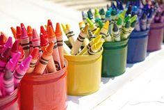 Giz-de-cera, canetinha e lápis de cor,  organizados por cor e em latas. http://piquituxos.com.br/cada-coisa-em-seu-lugar/