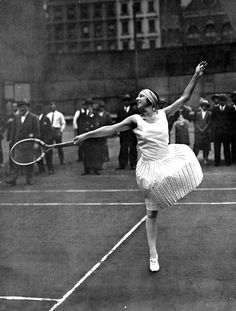 French tennis player Suzanne Lenglen who won 31 Championship titles between 1914 and dressed by Jean Patou. Mode Tennis, Sport Tennis, Play Tennis, Tennis Shop, Tennis Party, Tennis Outfits, Tennis Dress, Tennis Clothes, Nike Clothes