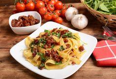 Pasta mit getrockneten Tomaten und Rucola