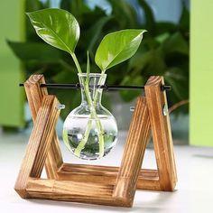 O que achou desse mini pendente para hidroponia? Simples e barato com. Vase Crafts, Wood Crafts, Diy And Crafts, Summer Deco, House Plants Decor, Plant Decor, Deco Nature, Diy Plant Stand, Plant Stands