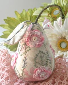How to draft your own pincushion pattern by Fiberluscious love the crochet flowers Felt Crafts, Fabric Crafts, Sewing Crafts, Sewing Projects, Sewing Kits, Mouse Crafts, Diy Projects, Ribbon Embroidery, Embroidery Stitches