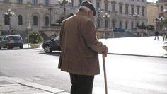 都靈 - 當地一名85歲老翁,被罰款41歐羅,警方表示因為這名老人「衝紅燈」。    但不少年輕人投訴,這個路口的行人過路綠燈得幾秒,有時他們自