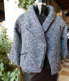 Giacca cappotto a mantella  Bellissima giacca a mantella misto lana.    Corta leggermente sfiancata    Chiusura con la cerniera    Made in Italy  https://www.lorcastyle.it