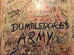 """Edimburgo é a capital da Escócia e, para quem não sabe, é onde J.K. Rowling moravana época em que começou a escrever a série, e onde ainda mora. Achei que a cidade tem um clima tão """"Harry Potter""""quanto Oxford, mas de um jeito diferente. Oxford exalava mais o que vimos nos filmes, e Edimburgo exala …"""