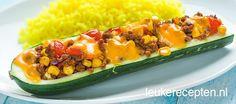 Makkelijk een goedkoop: courgettes gevuld met een Mexicaans gehaktmengsel van mais, tomaat en kruiden