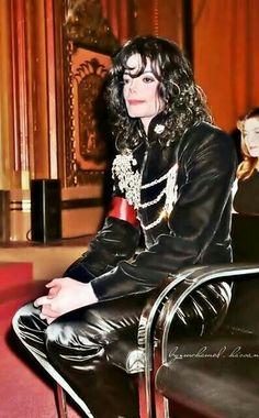 OMG He is so beautiful !! I m so in love !!!! Lov u lov u for ever michael !!!!