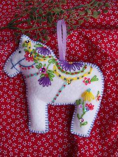 White swedish horse ornament Dala Horse by lesliesvarietyshow Horse Christmas Ornament, Diy Felt Christmas Tree, Christmas Sewing, Christmas Embroidery, Handmade Ornaments, Felt Ornaments, Scandinavian Quilts, Art Fil, Felt Decorations