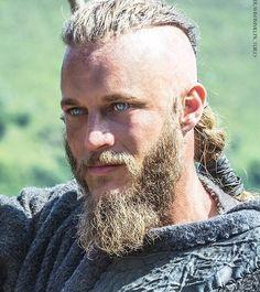 Arm Tattoo Viking, Ragnar Lothbrok Vikings, Vikings Travis Fimmel, Vikings Tv Show, Viking Warrior, Inked Men, The Last Kingdom, Different Hairstyles, How To Draw Hair