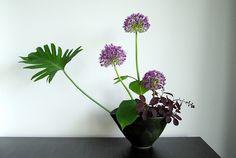 Ikebana 'Popping up' - Otomodachi Ikebana, Japanese Garden Design, Agapanthus, Japanese Flowers, Flower Decorations, Floral Arrangements, Flower Arrangement, Floral Design, Art Floral
