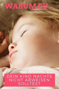 Besonders bei ersten Kind setzen sich viele Mütter unter Druck. Wir Mamas wollen immer alles richtig machen, wenn es um die Erziehung geht. Deswegen versuchen einige Eltern auch beim Schlafen Regeln einzuhalten – und weisen das Kleinkind nachts ab, wenn es ins Elternbett kommt. Doch das solltest du nicht tun! Foto: Bigstock #kindererziehung #erziehungstipps #erziehungkleinkind