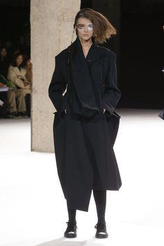 https://www.vogue.com/fashion-shows/fall-2018-ready-to-wear/yohji-yamamoto/slideshow/collection