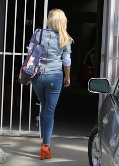 Reese Witherspoon booty in skinny jeans