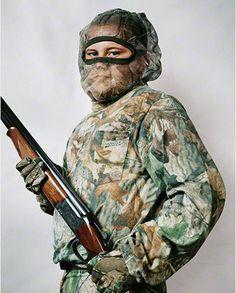 Joey de los Estados Unidos uniformado con camuflaje y metralladora