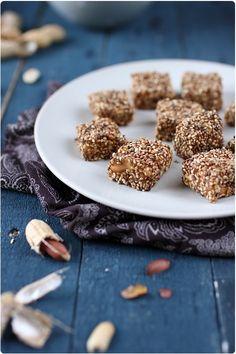 Nougat chinoisPour 15 nougats :  30 g de cacahuètes nature (poids décortiqués) 100 g de sucre en poudre 8 cl d'eau + 5 cl d'eau 50 g de fécule de maïs Graines de sésame
