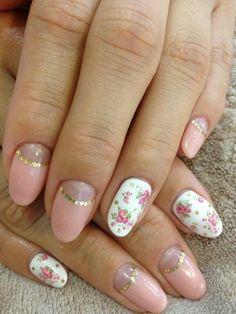 unhas decoradas florais delicadas em rosa e branco com detalhe dourado