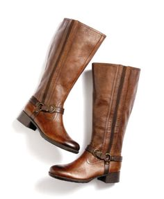 I am trying so hard to find a pair of flat brown boots that I lov. I am trying so hard to find a pair of flat brown boots that I love on me, and not just in a picture! Brown Flat Boots, Brown Flats, Brown Leather Boots, Winter Fashion Outfits, Fashion Shoes, Teen Fashion, Stylish Mom Outfits, Swag Shoes, Handbags